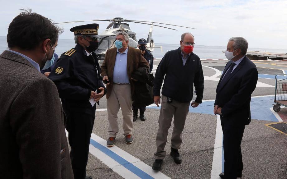 Le ministre d'État de Monaco Pierre Dartout (au centre), ici avec le prince Albert II et le préfet des Alpes-Maritimes, après un survol de la Vésubie.