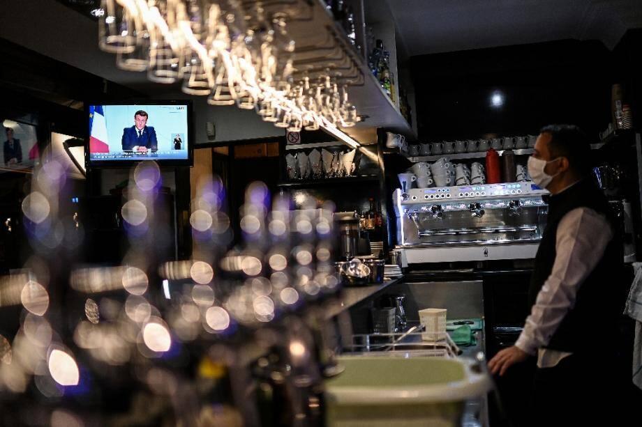 Le président français Emmanuel Macron à la télévision dans un café à Marseille, lors de l'annonce du reconfinement du pays, le 28 octobre 2020