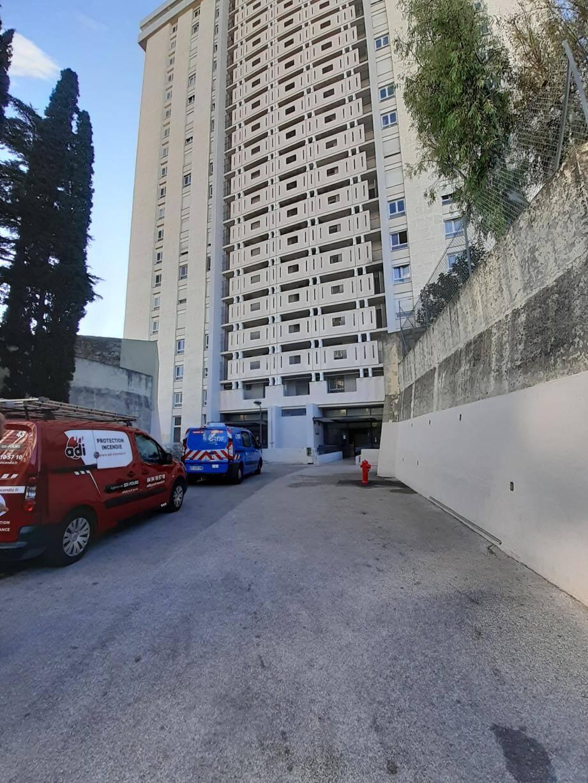 Le feu s'est déclaré dans une chambre de l'appartement situé au 4e étage de la tour A de la résidence Sainte-Catherine à Saint-Jean du Var.