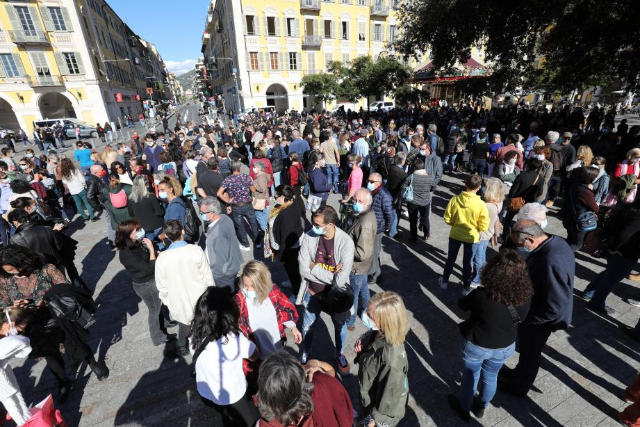 Plusieurs centaines de personnes sont rassemblées à Nice en hommage au professeur décapité.