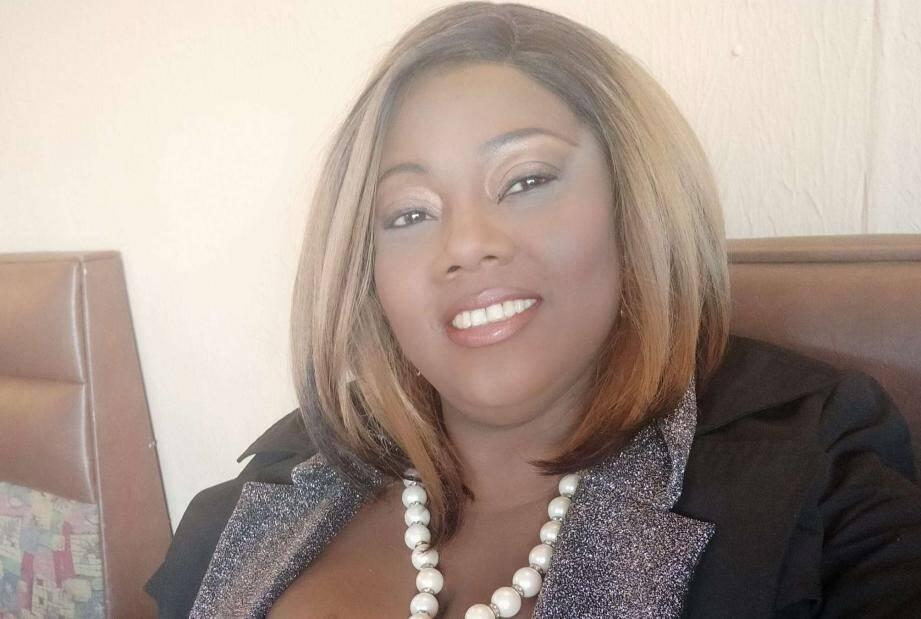 Une deuxième victime de l'attentat de Nice a été identifiée ce matin. Il s'agit d'une femme de 44 ans prénommée Simone, de nationalité brésilienne, installée à Nice depuis de nombreuses années.  Grièvement blessée par l'assaillant, elle était parvenue à s'enfuir et se réfugier dans un snack situé en face de la basilique, dans lequel elle a succombé à ses blessures un peu plus tard.  En 2012, elle avait publié sur son compte Facebook une photo d'elle en compagnie du maire de Nice