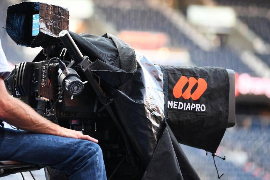 Le logo Mediapro sur une caméra de télévision, en bord de terrain du Parc des Princes, à Paris le 13  Septembre 2020.