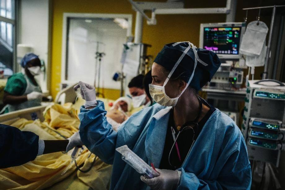 Des équipes médicales s'occupent d'un patient dans l'unité de soins intensifs de l'hôpital Lariboisière, le 14 octobre 2020 à Paris (illustration).
