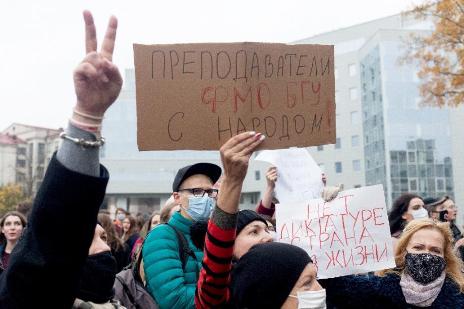 Des professeurs et des étudiants participent à la grève à Minsk, le 26 octobre 2020