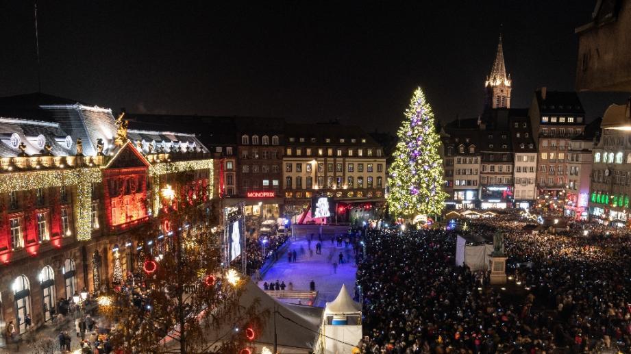 La place Kléber à Strasbourg et son grand sapin de Noël le 22 novembre 2019