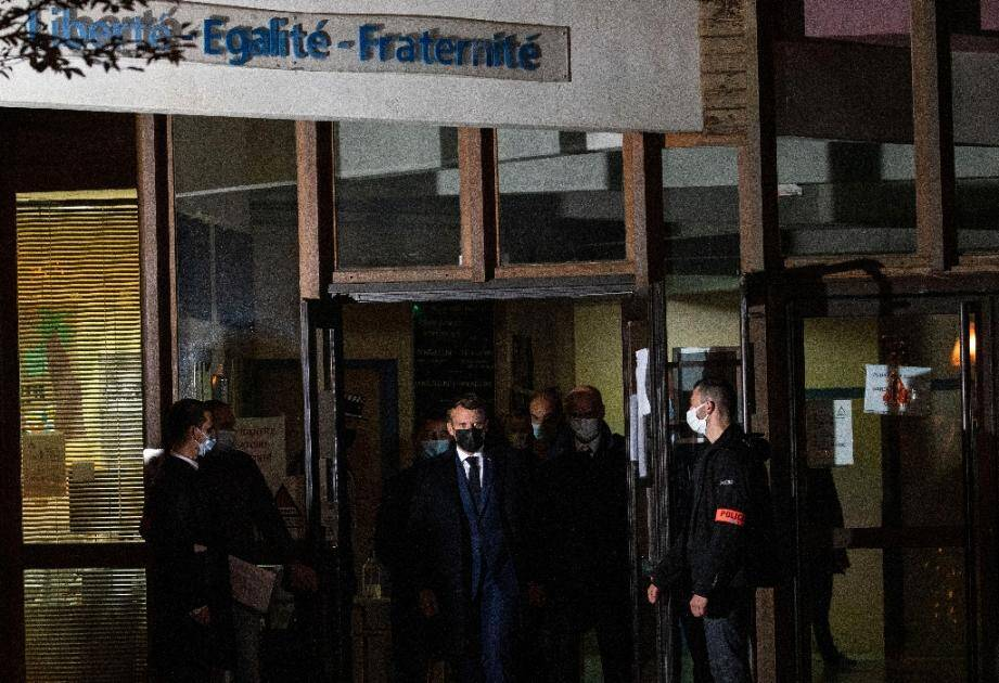 Le président Emmanuel Macron, les ministres de l'Intérieur Gérald Darmanin et de l'Education Jean-Michel Blanquer sur les lieux de l'attaque à Conflans-Sainte-Honorine, le 16 octobre 2020