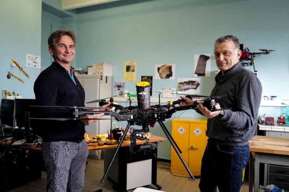 Les universitaires Olivier Nier (g) et Philippe Granjean présentent le drone Hyperion 7 au campus de la Doua, le 11 octobre 2020 à Villeurbanne
