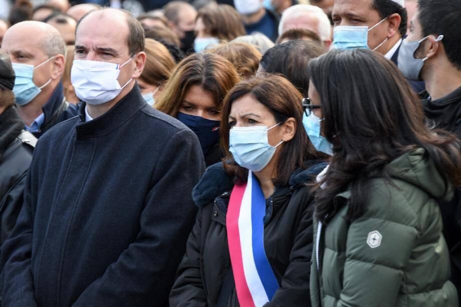 Le Premier ministre Jean Castex (C) et la maire de Paris Hidalgo (D) d'un rassemblement le 18 octobre 2020 à Paris pour rendre hommage à Samuel Paty, le professeur d'histoire décapité dans les Yvelines