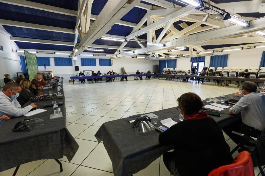 Cette séance, à l'espace Azur, s'est déroulée dans une ambiance sereine. Tous les points présentés par Edouard Friedler ont été adoptés à l'unanimité. Les élus minoritaires saluant même plusieurs initiatives de la majorité.