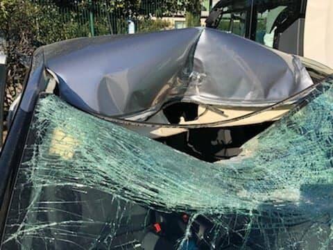 Le 16 février 2019, un couple en vacances dans le Sud avait reçu un rocher sur leur pare-brise alors qu'il franchissait le pont de Sanary sur l'A50. Miraculés, les deux passagers du véhicule ne souffraient que de quelques égratignures.