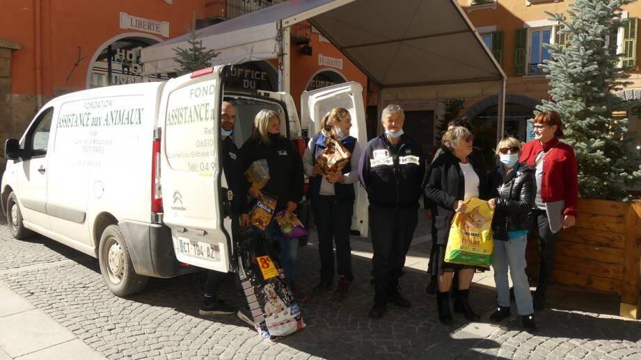 La fondation Assistance pour animaux a récolté 1,5 tonne de croquettes qu'elle va distribuer dans les vallées sinistrées. Première étape, ce jeudi, dans la Tinée.