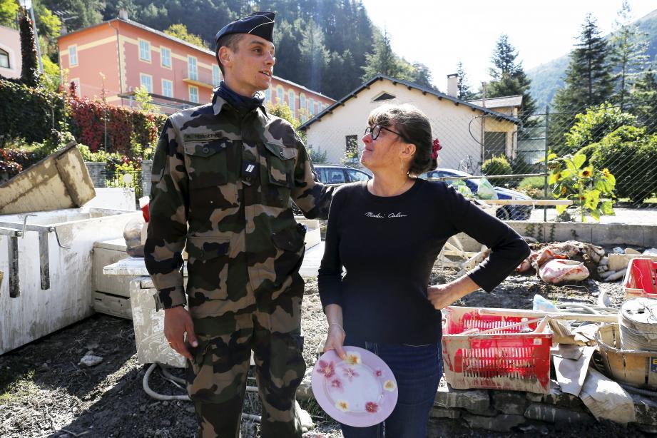 Le gendarme Romain Hossepied a rendu visite, samedi, au couple qu'il a sauvé en ce soir de tempête Alex. À sa vue, Stéphanie, la maman, craque d'émotion.