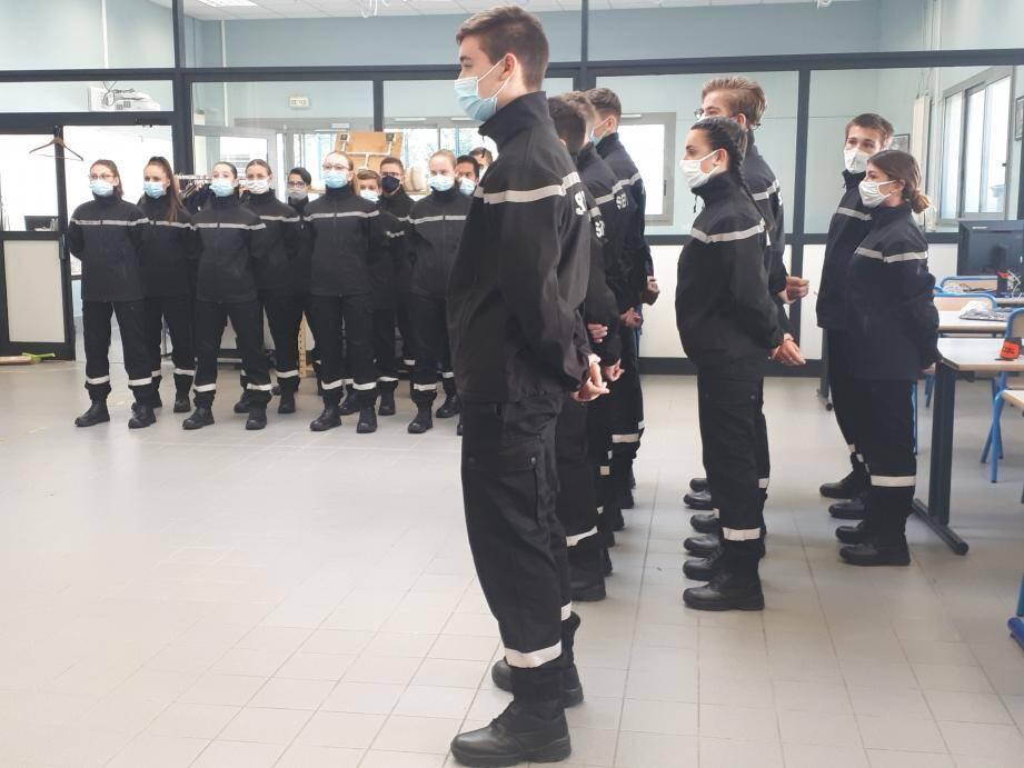 Une partie des élèves des sections de seconde et première bac pro métiers de la sécurité du lycée de Costebelle.