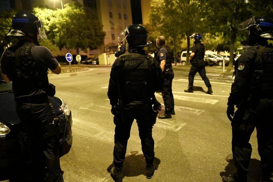 Dans les cités, les schémas d'intervention ont changé depuis longtemps dans la police. Plus question de s'y déployer sans être en nombre et équipés.