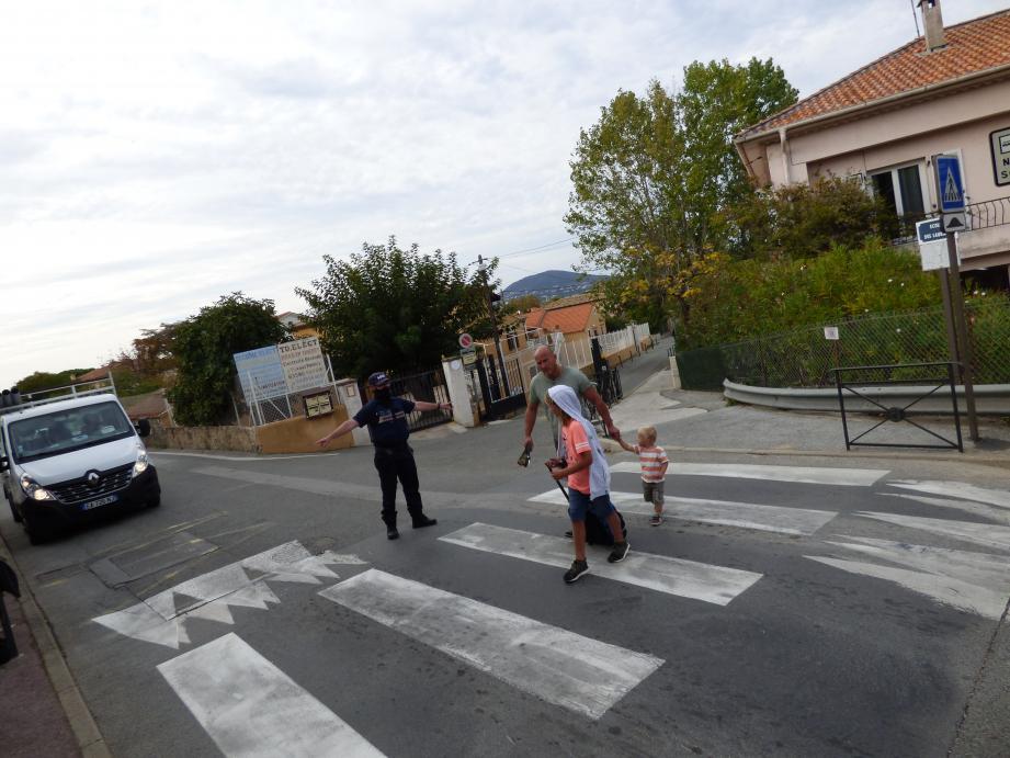 Depuis l'accident, un agent est également posté sur ce deuxième passage protégé de l'avenue F.-Pelletier, à chaque sortie de l'école.