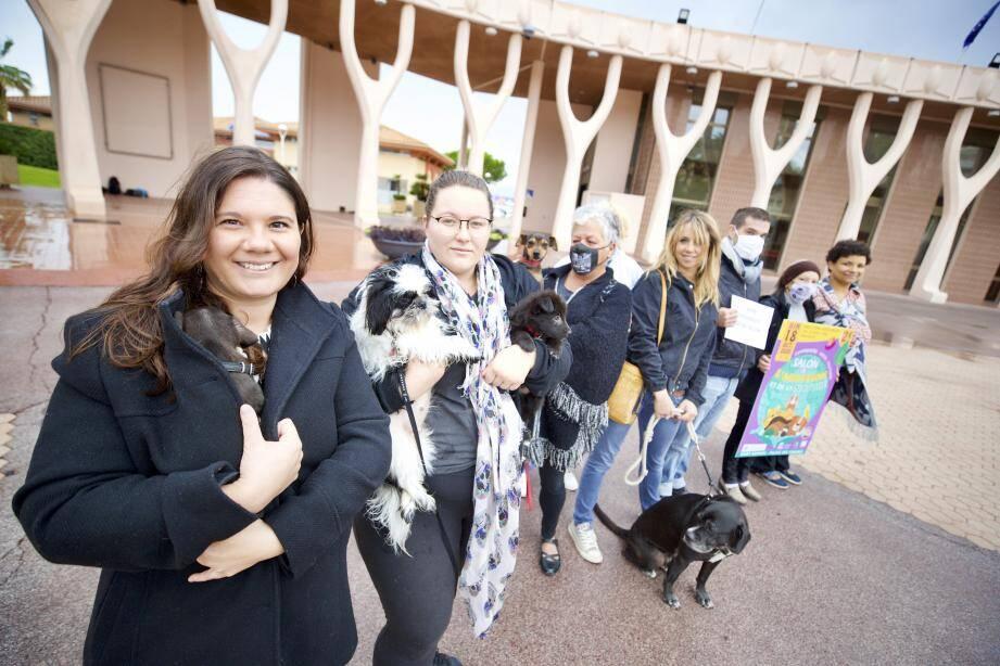 Avec Stéphanie Pires au premier plan (1re à gauche), plusieurs membres du collectif Vesea, de l'association Riviera's pets, Jessica, Julie ou encore de la Cavem.
