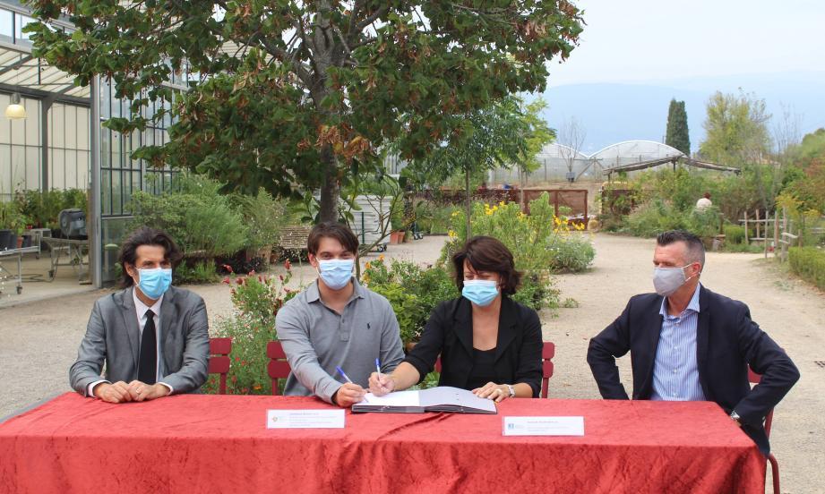 Le maire Pierre Aschieri, le président du Pays de Grasse Jérôme Viaud, la vice-présidente de la LPO Hélène Bovalis et le vice-président en charge de l'environnement Marino Cassez.