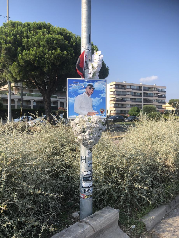 À Saint-Laurent-du-Var, un bouquet et une photo d'Enzo rappellent le drame terrible qui s'est noué dans la nuit du 15 au 16 février 2019.(DR)