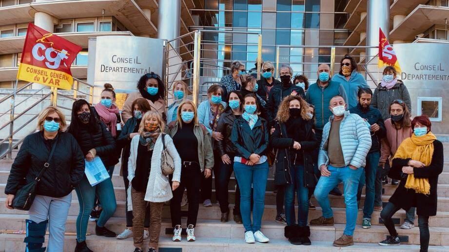 Jeudi matin, à l'appel de la CGT, les assistants familiaux ont investi les marches de l'hôtel des Lices à Toulon, siège du conseil départemental.