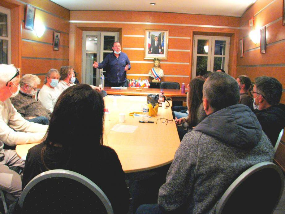 Le boulanger Ghislain Ulrich et sa compagne (premier plan) ont, avec les autres commerçants du village, répondu à l'invitation du maire Laurent Gueit (debout) et de la municipalité.