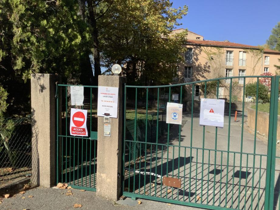 En attendant les résultats, les visites des familles sont interdites jusqu'à nouvel ordre et les résidents sont confinés dans leur chambre.