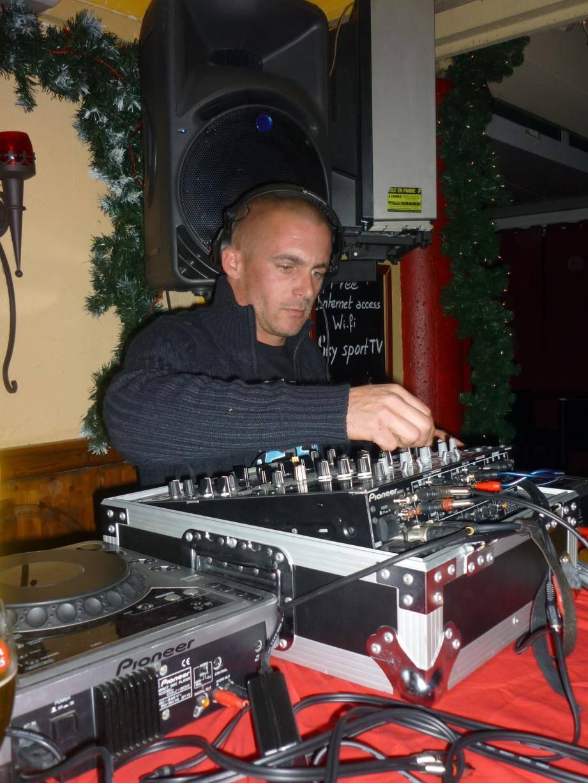 Alex DJ Happy Sound aux platines : l'assurance d'une bonne soirée... lorsque cela sera à nouveau rendu possible !