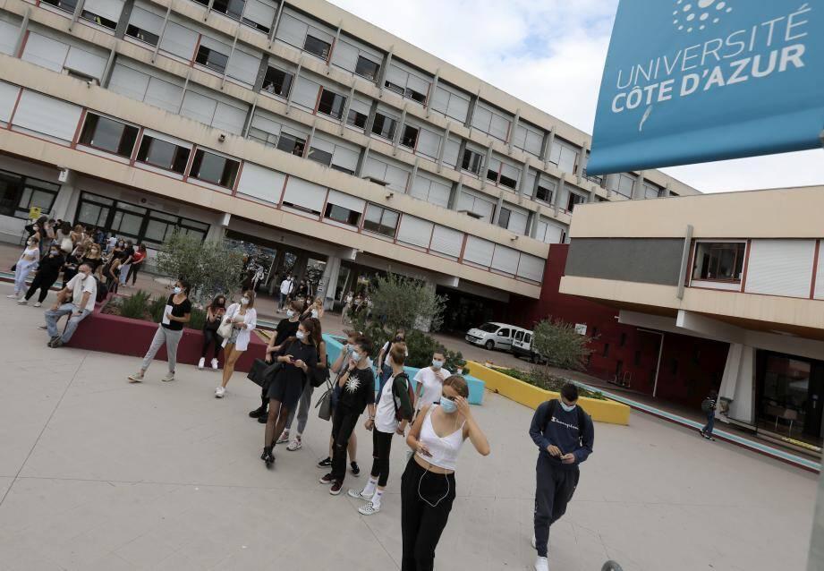 Depuis septembre, les cours en licence sont dispensés moitié en amphi, moitié en distanciel, comme ici sur le campus Carlone.