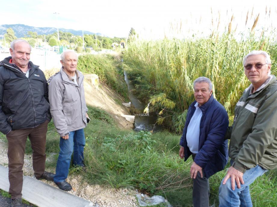 Daniel Vuillon (à gauche) et les représentants des associations qui ont attaqué le projet devant le tribunal administratif de Toulon.