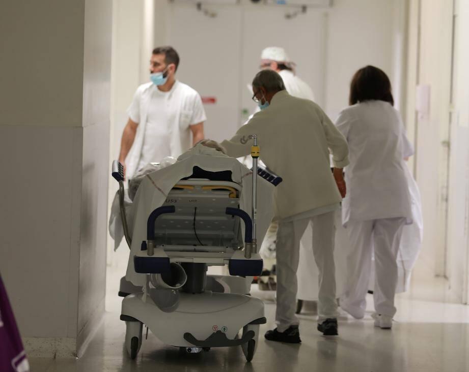 Les hôpitaux publics peinent souvent à recruter, surtout des paramédicaux, afin de pouvoir recevoir les patients Covid.