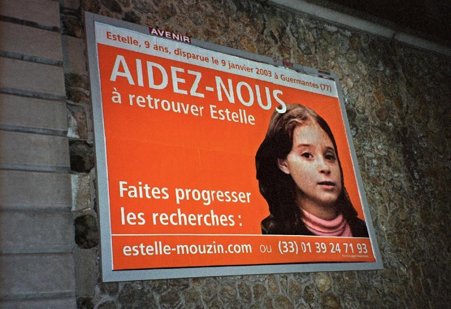 Un avis de recherche lancé après la disparition d'Estelle Mouzin, affiché sur un mur de Paris en  mars 2003