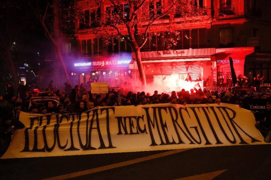 """La devise en latin de Paris """"Fluctuat Nec Mergitur"""" sur une banderole le 13 novembre 2016"""