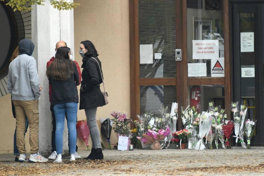 Hommages à l'enseignant décapité devant l'école à Conflans-Sainte-Honorine, le 17 octobre 2020