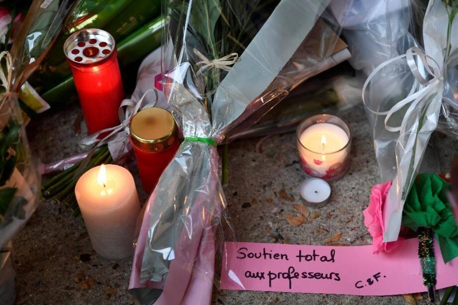 Fleurs et messages de soutien devant le collège de Conflans-Sainte-Honorine (Yvelines) après la décapitation d'un enseignant qui avait montré des caricatures de Mahomet à ses élèves, le 17 octobre 2020