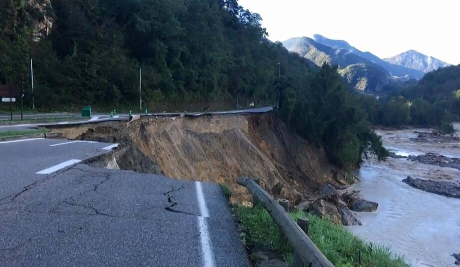 Capture d'une vidéo de l'AFP d'une route en partie effondrée à La Bollène-Vésubie, le 3 octobre 2020