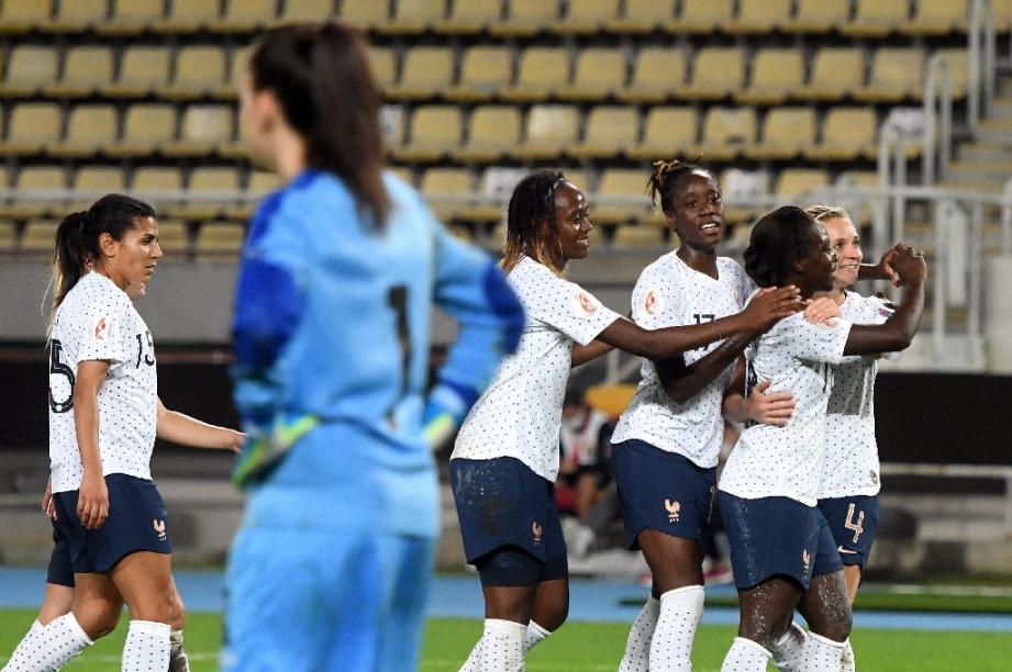 Les joueuses de l'équipe de France de football célèbrent l'un de leurs sept buts contre la Macédoine du Nord à Skopje le 22 septembre 2020