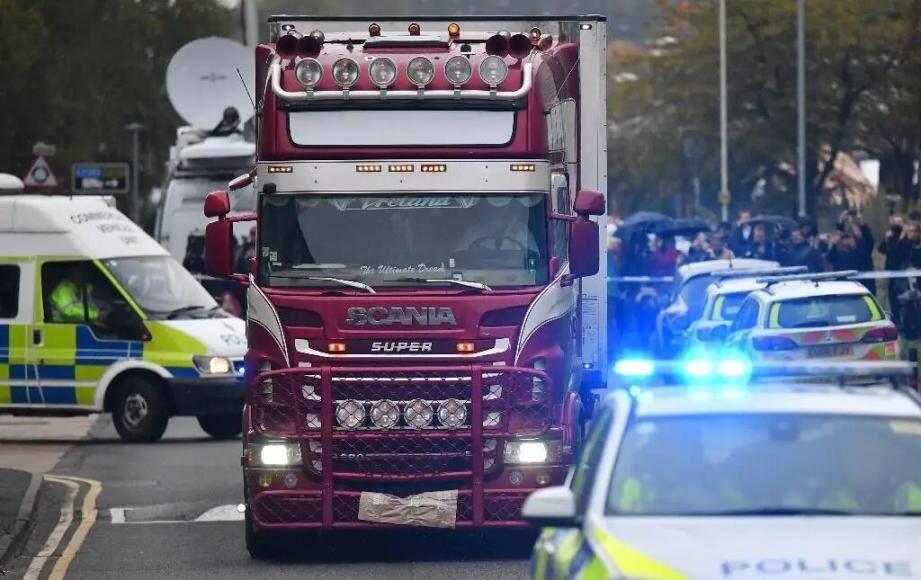 Des policiers conduisent le camion où 39 corps ont été découverts, à Grays près de Londres, le 23 octobre 2019.
