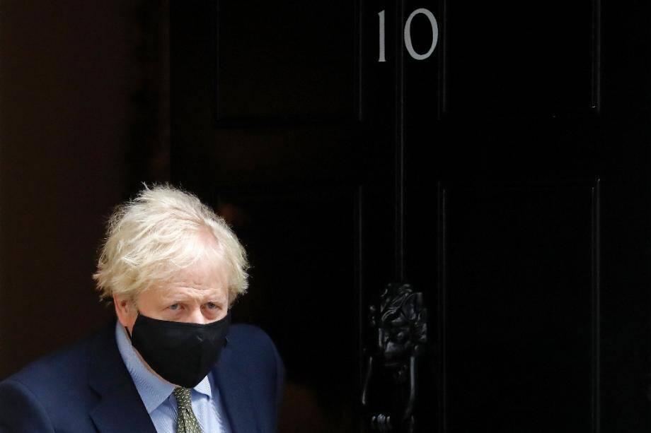 Le Premier ministre britannique Boris Johnson sort du 10 Downing Street, le 14 octobre 2020 à Londres.
