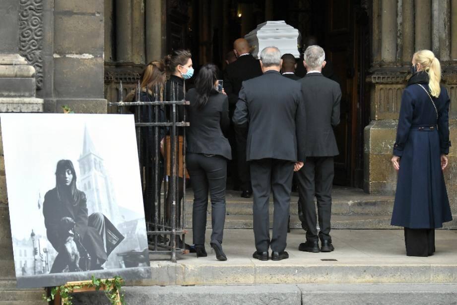Le cercueil de Juliette Gréco est porté à l'intérieur de l'église de Saint-Germain-des-Prés pour un dernier hommage, le 5 octobre 2020 à Paris