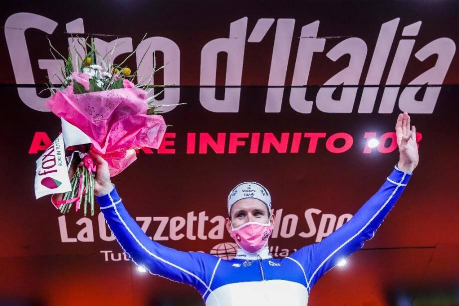 Arnaud Démare sur le podium après sa victoire dans la 4e étape du Tour d'Italie le 6 octobre 2020 à Villafranca Tirrena