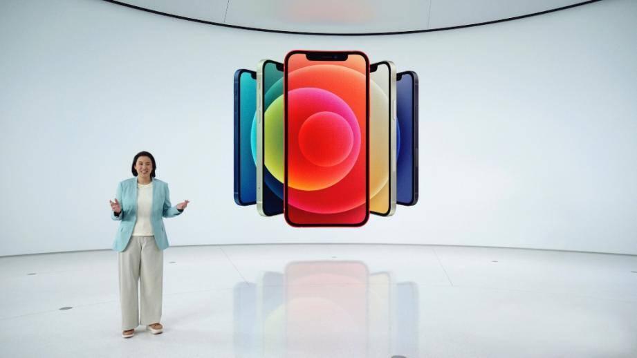 La vice-présidente du marketing des produits iPhone d'Apple, Kaiann Drance, dévoile le nouvel iPhone 12 à Cupertino, en Californie, le 13 octobre 2020