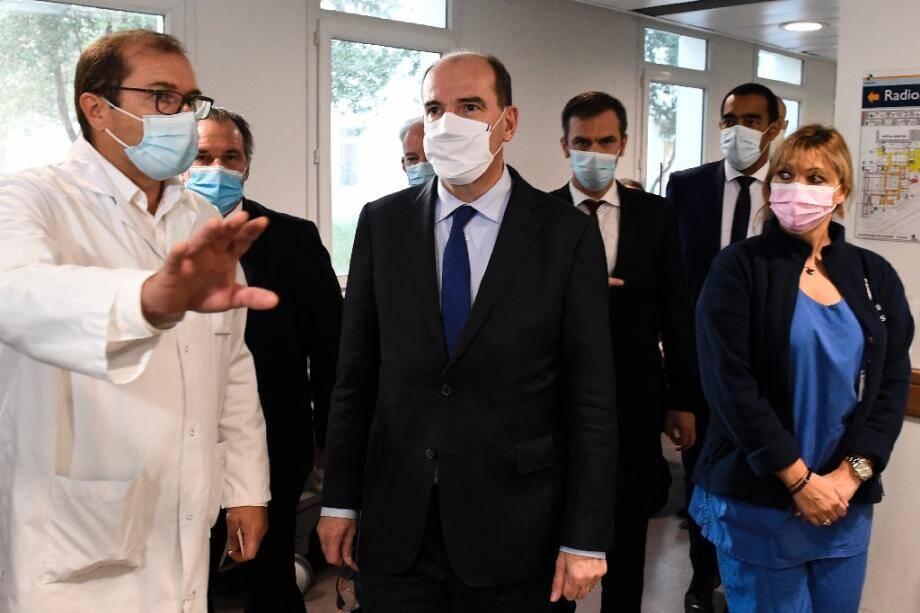 Le Premier ministre français Jean Castex (C) et le ministre de la Santé Olivier Véran (C) lors d'une visite dans un hôpital de Marseille le 24 octobre 2020