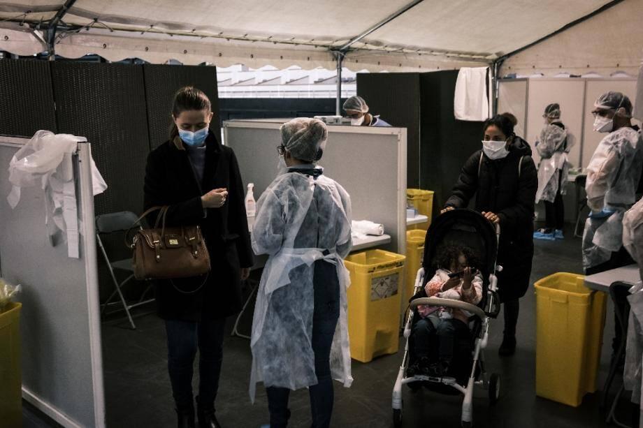 Des personnes attendent pour passer le test de dépistage du coronavirus au Palais des sports de Lyon transformé en centre de dépistage géant, le 12 octobre 2020