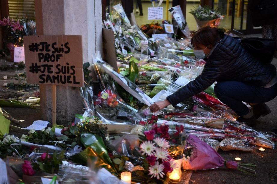 Fleurs et bougies en hommage au professeur d'un collège des Yvelines décapité en pleine rue, le 17 octobre 2020  à Conflans-Sainte-Honorine (Yvelines)