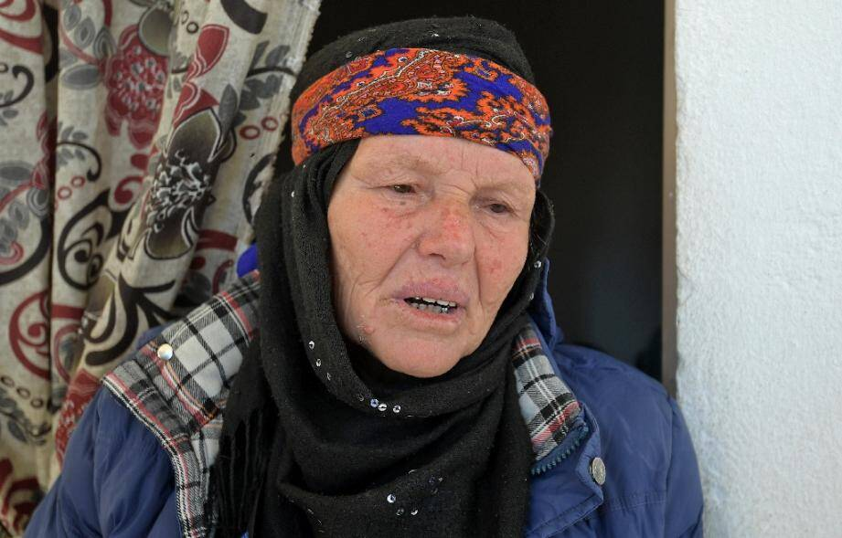 La mère de l'assaillant Brahim I., répond aux journalistes chez elle à Sfax (Tunisie), le 30 octobre 2020