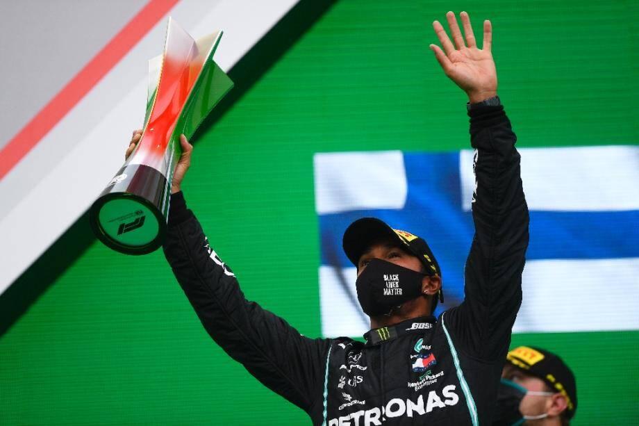 Le pilote britannique Lewis Hamilton célèbre sa victoire au GP de F1 de Portimao, au Portugal, le 25 octobre 2020