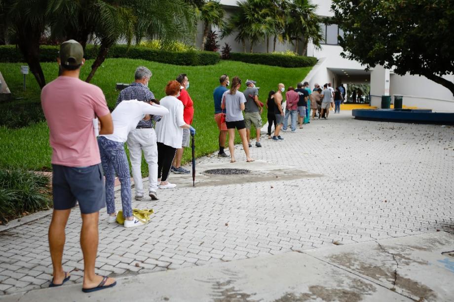 Des électeurs font la queue pour voter en avance à Miami, en Floride, le 19 octobre 2020