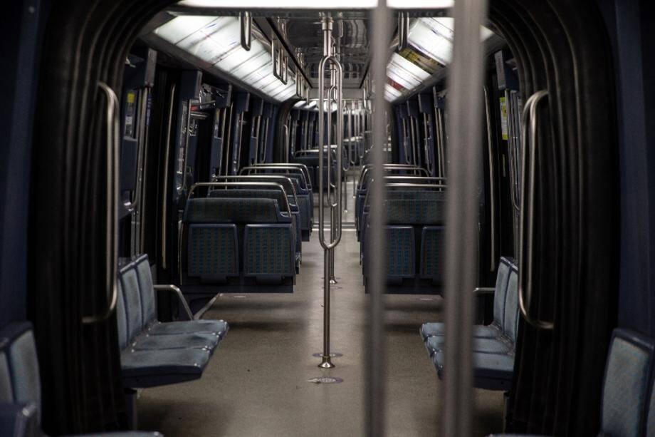 Une rame de métro vide à Paris après l'entrée en vigueur d'un couvre-feu nocturne, le 17 septembre 2020