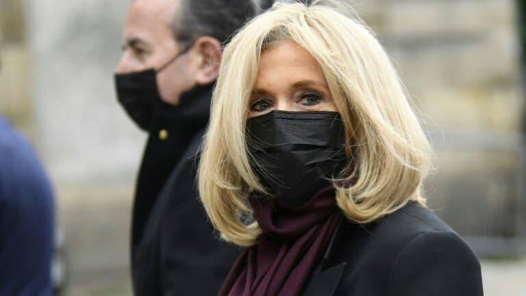 Brigitte Macron, l'épouse du président de la République, est cas contact au Covid-19, sans présenter de symptôme, et se met à l'isolement pour sept jours.