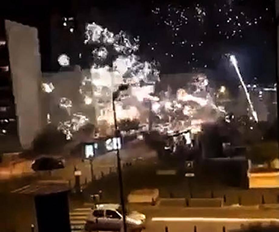 Image tirée d'une vidéo postée sur le compte Twitter @LeCapricieux94 montrant le commissariat de Champigny-sur-Marne cible de tirs de mortiers d'artifice dans la nuit du 10 au 11 octobre 2020