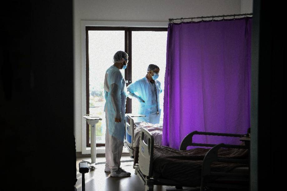 Un médecin s'entretient avec un malade du Covid.